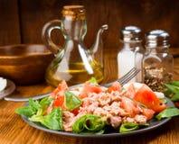 Домодельный среднеземноморской салат с оливковым маслом Стоковые Фото