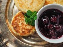 Домодельный сыр испечет от творога с вареньем вишни Стоковое Изображение RF