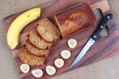 Домодельный торт банана с бананом на древесине Стоковое Изображение RF