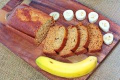 Домодельный торт банана с бананом на древесине Стоковое Фото