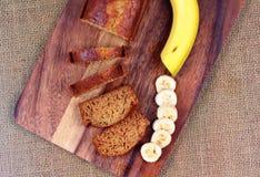 Домодельный торт банана с бананом на древесине Стоковое Изображение