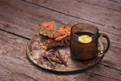 Домодельный торт гайки дерево с чаем лимона Стоковые Изображения RF