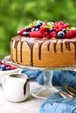 Домодельный торт губки лета с cream и свежими ягодами Стоковое Изображение
