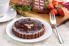 Домодельный торт пирога сыра шоколада с шоколадным батончиком и strawb Стоковая Фотография RF