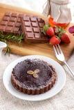Домодельный торт пирога сыра шоколада с шоколадным батончиком и strawb Стоковые Фотографии RF
