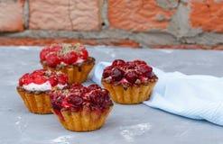 Домодельный торт сладостных корзин ягоды Стоковое фото RF