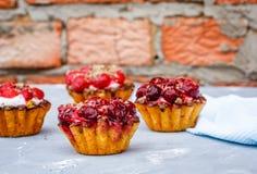 Домодельный торт сладостных корзин ягоды Стоковые Изображения RF