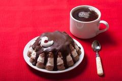 Домодельный торт с оформлением птицы на красной скатерти для предпосылки Стоковое Фото