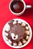 Домодельный торт с оформлением птицы на красной скатерти для предпосылки Стоковое Изображение