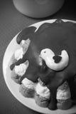 Домодельный торт с оформлением птицы на красной скатерти для предпосылки Стоковое Изображение RF