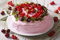 Домодельный торт с свежими ягодами на конце-вверх плиты горизонтально Стоковое Изображение RF