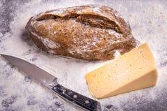 Домодельный хлеб на деревянной предпосылке Стоковые Фото