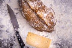 Домодельный хлеб на деревянной предпосылке Стоковое Фото