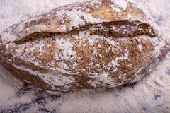 Домодельный хлеб на деревянной предпосылке Стоковые Изображения