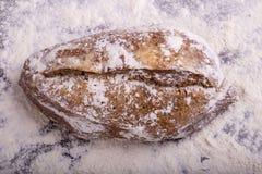 Домодельный хлеб на деревянной предпосылке Стоковая Фотография