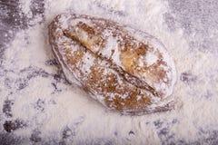Домодельный хлеб на деревянной предпосылке Стоковые Изображения RF