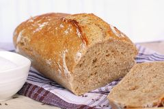 Домодельный хлеб на ткани Стоковое Изображение