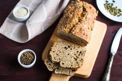 Домодельный хлеб от всей пшеничной муки с Стоковое Фото