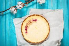 Домодельный чизкейк - здоровый органический чизкейк пирога десерта лета Чизкейк на голубой деревянной таблице Стоковое Фото