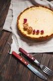 Домодельный чизкейк - здоровый органический чизкейк пирога десерта лета Чизкейк на голубой деревянной таблице Стоковое Изображение