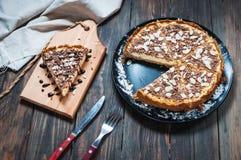 Домодельный чизкейк - здоровый органический чизкейк пирога десерта лета Чизкейк на деревянной таблице Стоковые Изображения RF