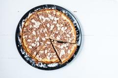 Домодельный чизкейк отрезка - здоровый органический чизкейк пирога десерта лета Чизкейк на белой деревянной таблице Стоковая Фотография