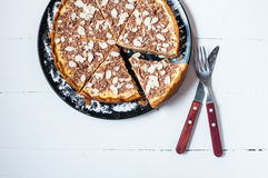 Домодельный чизкейк отрезка - здоровый органический чизкейк пирога десерта лета Чизкейк на белой деревянной таблице Стоковые Изображения