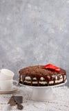 Домодельный шоколадный торт с mascarpone и клубниками Деревенский тип Валентайн дня s Стоковая Фотография