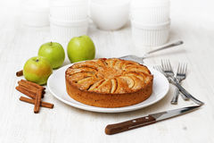 Домодельный яблочный пирог на белой таблице Стоковое фото RF