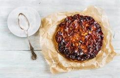 Домодельный caramelized торт яблока на деревянной предпосылке Сахар замороженности, взгляд сверху Стоковые Изображения RF