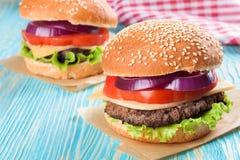 Домодельный cheeseburger на голубой деревянной поверхности Стоковые Изображения RF