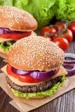 Домодельный cheeseburger на коричневой деревянной поверхности Стоковая Фотография RF