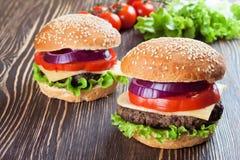 Домодельный cheeseburger на коричневой деревянной поверхности Стоковое фото RF