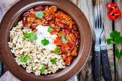 Домодельный chili с фасолями и крупным планом диких рисов Стоковое Изображение RF