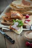 Домодельный flatbread молока с плавленым сыром, салатом и редиской стоковое фото