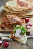 Домодельный flatbread молока с плавленым сыром, салатом и редиской стоковая фотография rf