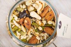 Домодельный granola с различными гайками и овсом стоковое фото rf
