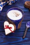 Домодельный latte с истинными циннамоном Цейлона и сердцем пряника Валентайн дня счастливое s Стоковое фото RF
