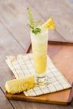 Домодельный smoothie ананаса на деревянной предпосылке Стоковые Изображения