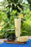 Домодельный smoothie ананаса на деревянной предпосылке Стоковая Фотография