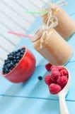 Домодельный smoothie персика в опарнике варенья на светлое деревянном Стоковые Изображения