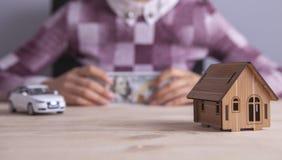 Дом автомобиля денег коммерсантки стоковое изображение