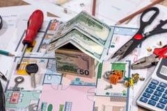 Дом архитектурноакустического плана с инструментами калькулятора и работы карандаша денег Стоковые Фотографии RF