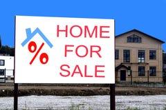 Дом афиши для продажи на предпосылке коттеджей Стоковые Изображения RF