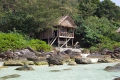 Дом бунгала на утесе в Камбодже, острове rong koh Стоковые Фотографии RF