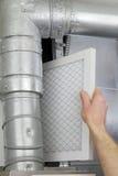 дом воздушного фильтра заменяет Стоковая Фотография RF