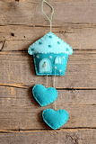 Дом войлока с оформлением сердец на старой деревянной предпосылке Handmade домашнее оформление стены Ремесла отделки стен войлока Стоковое Изображение RF