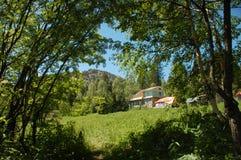 Дом в горах стоковые изображения