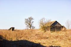 Дом в деревне, дом журнала Сиротливый красивый дуб стоковые изображения rf