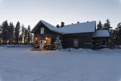 Дом в деревне в зиме Стоковые Фотографии RF